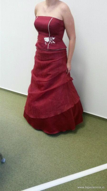 Krásné plesové šaty vínové barvy