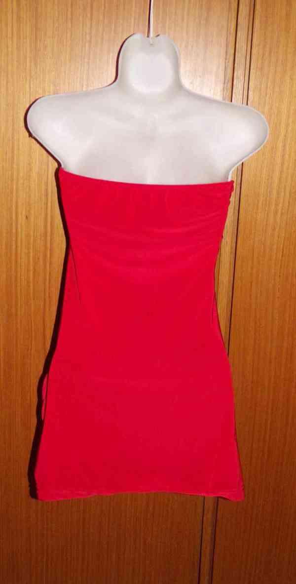 vínově červený top se štrasovou sponou - foto 2