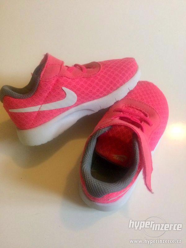 Tenisky Nike vel. 22 - foto 2