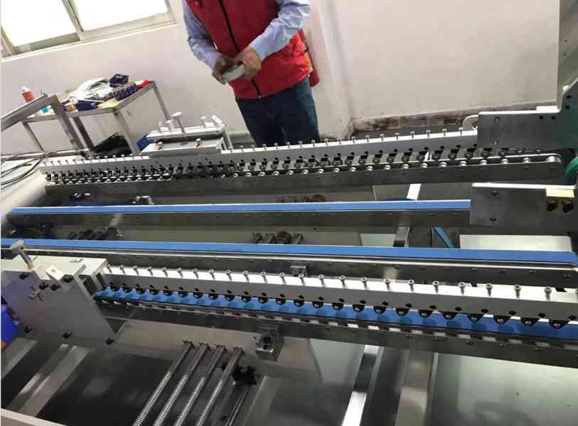 Automatický stroj na nanášení oboustranné pásky 1100 B - foto 2