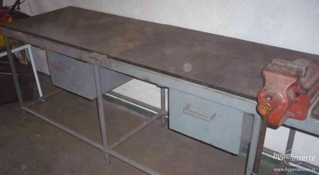 Dílenský pracovní stůl, ponk, svěrák