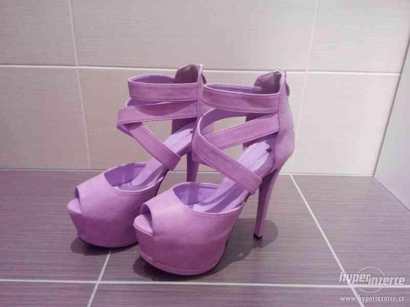 Nové fialové sandály na podpatku vel.38