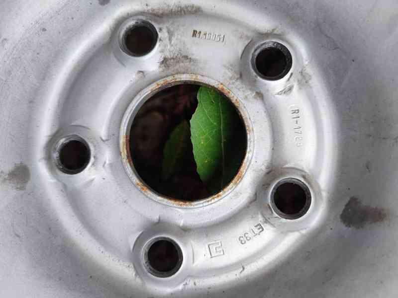 plechové disky R16 ET33 + zimní pneu 215/65 R16 98H - foto 3