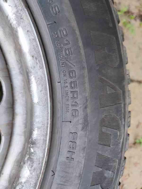 plechové disky R16 ET33 + zimní pneu 215/65 R16 98H - foto 2