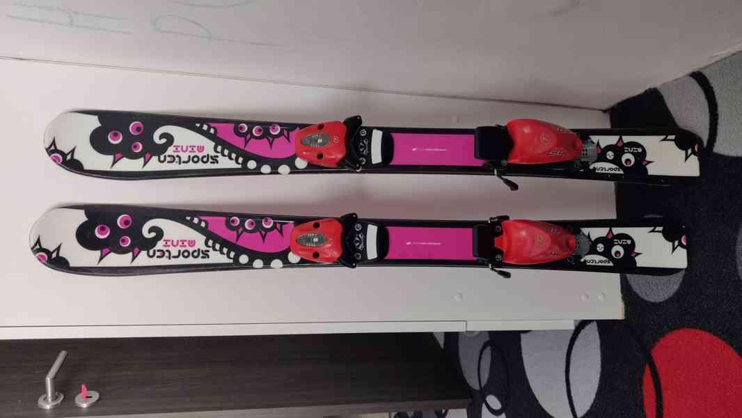 Dětské lyže Sporten mini 92, vázání Tyrolia, helma - foto 1