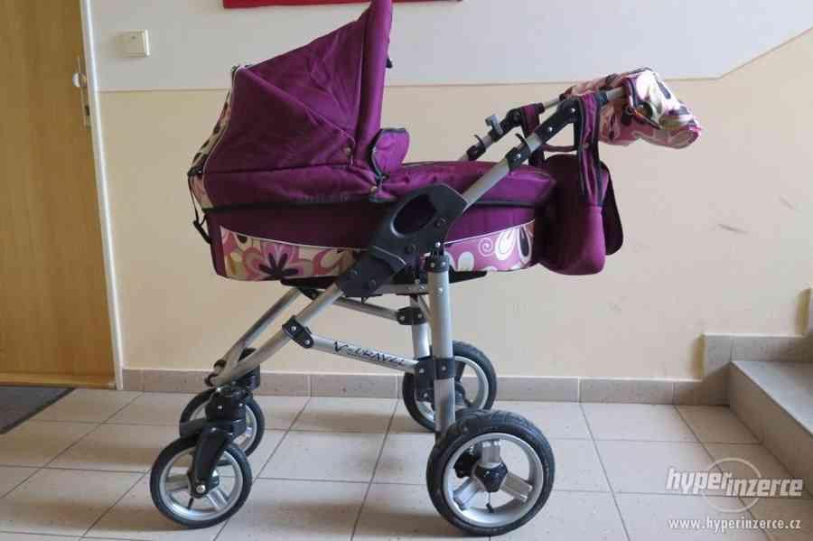 Kočárek a postýlka po jednom dítěti, plus další
