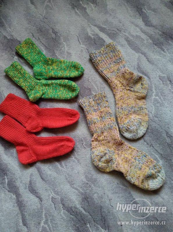 Ručně pletené ponožky.