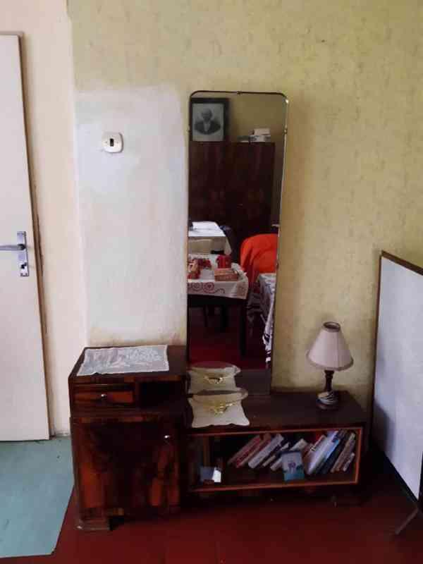 Prodám obývací ložnici, cca r. 1950, masiv, leštěný ořech - foto 3
