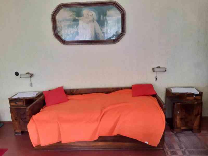 Prodám obývací ložnici, cca r. 1950, masiv, leštěný ořech - foto 6