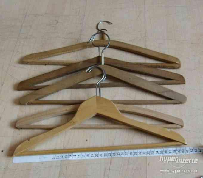 dřevěná ramínka kalhotová