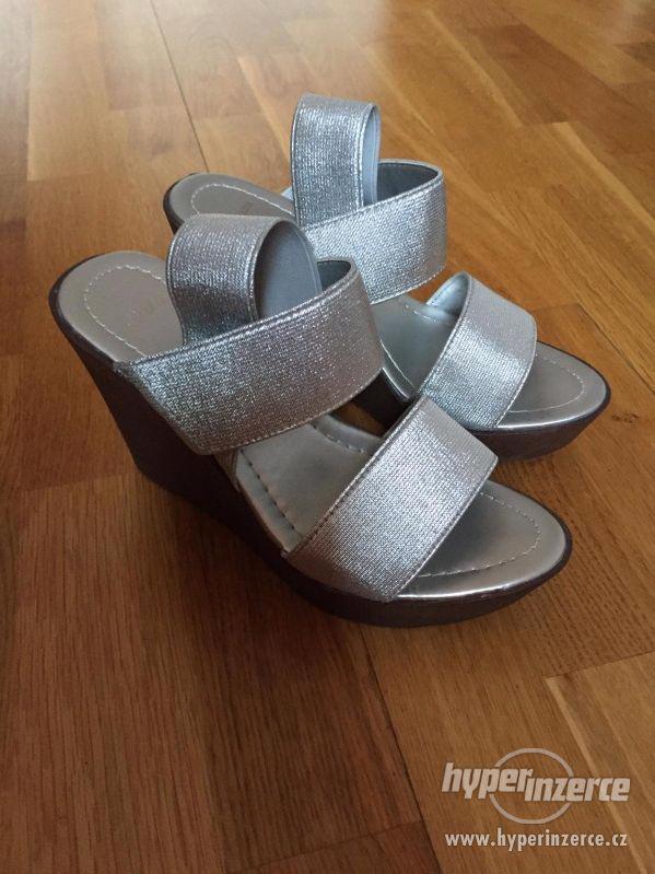 Stříbrné boty na klínku BAŤA