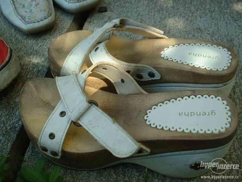 sandále bílé