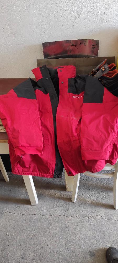 Velmi levně prodám nové pracovní bundy - velikost : XXXL, 2 kusy Cena pouze : 390,- Kč Osobní odběr ve městě Most.