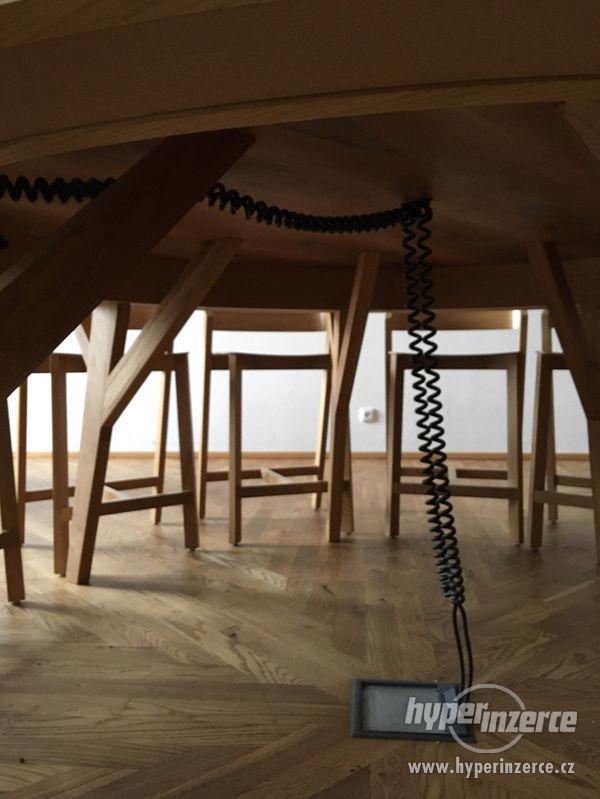 kulatý stůl 2,5m ořech, dub, zabudované el.zásuvky - foto 5