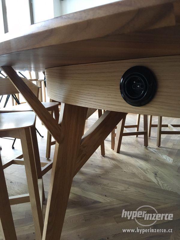 kulatý stůl 2,5m ořech, dub, zabudované el.zásuvky - foto 6