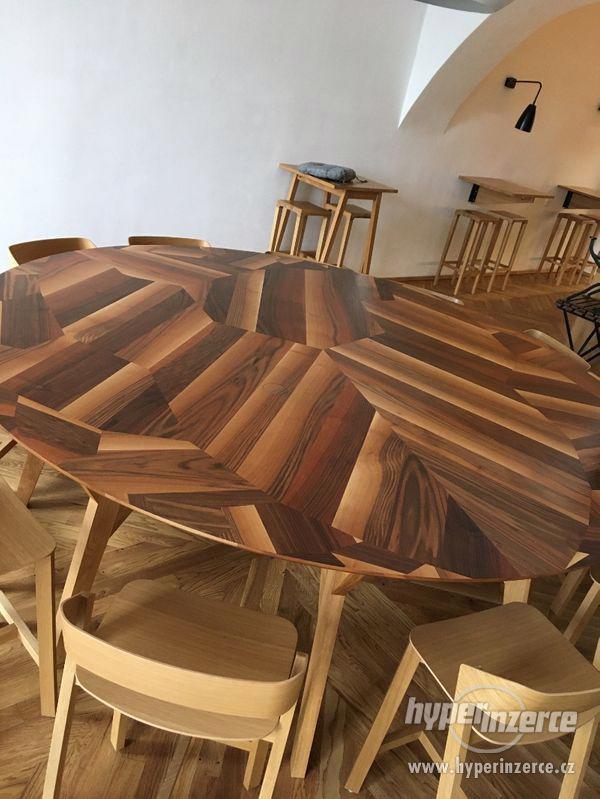 kulatý stůl 2,5m ořech, dub, zabudované el.zásuvky - foto 7