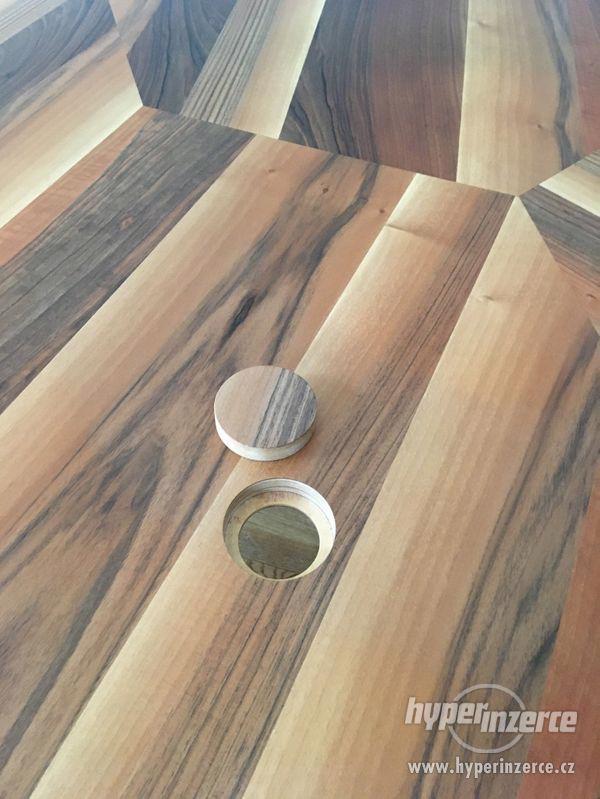 kulatý stůl 2,5m ořech, dub, zabudované el.zásuvky - foto 8