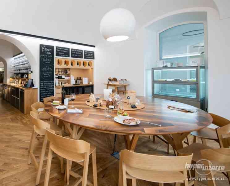 kulatý stůl 2,5m ořech, dub, zabudované el.zásuvky - foto 1