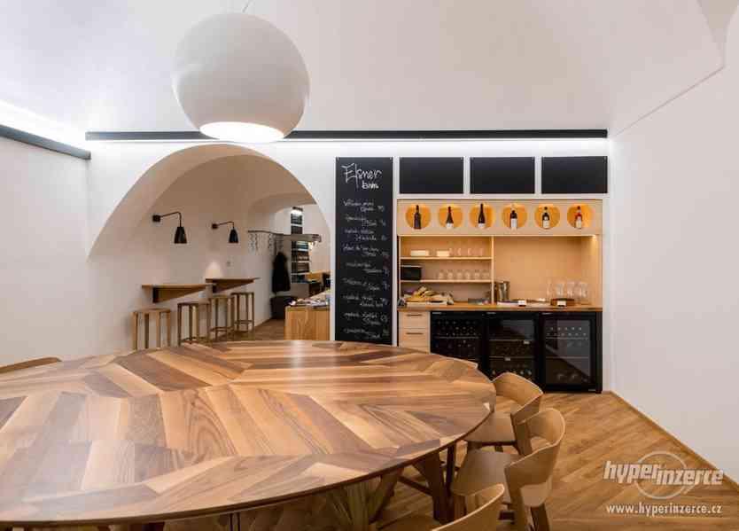 kulatý stůl 2,5m ořech, dub, zabudované el.zásuvky - foto 2