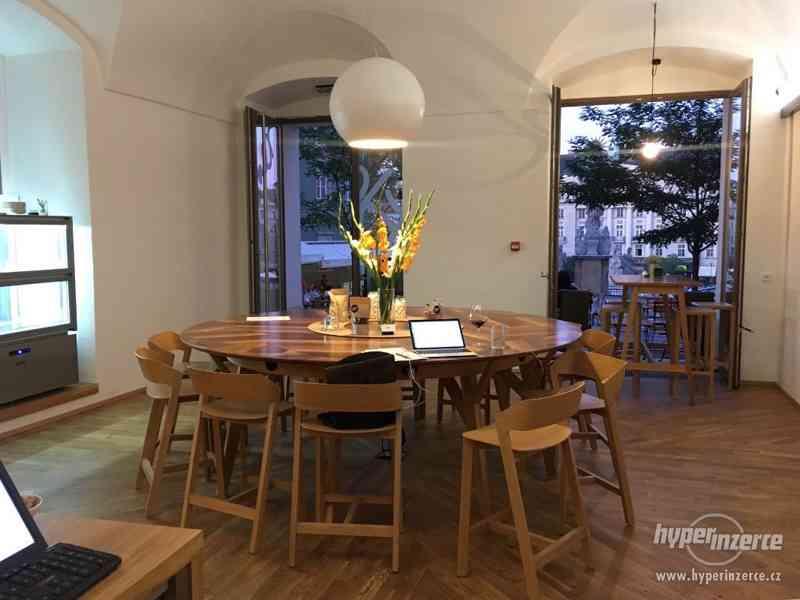 kulatý stůl 2,5m ořech, dub, zabudované el.zásuvky - foto 3