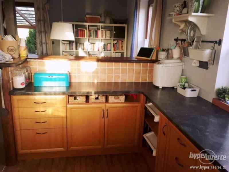 Prodám kuchyň MASIV - olše, spotřebiče, pracovní deska