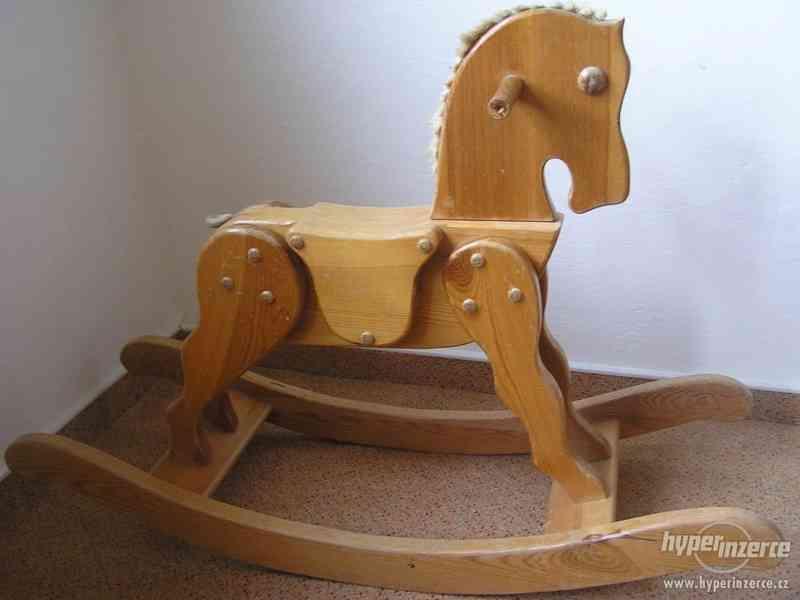 houpací dřavěný kůň