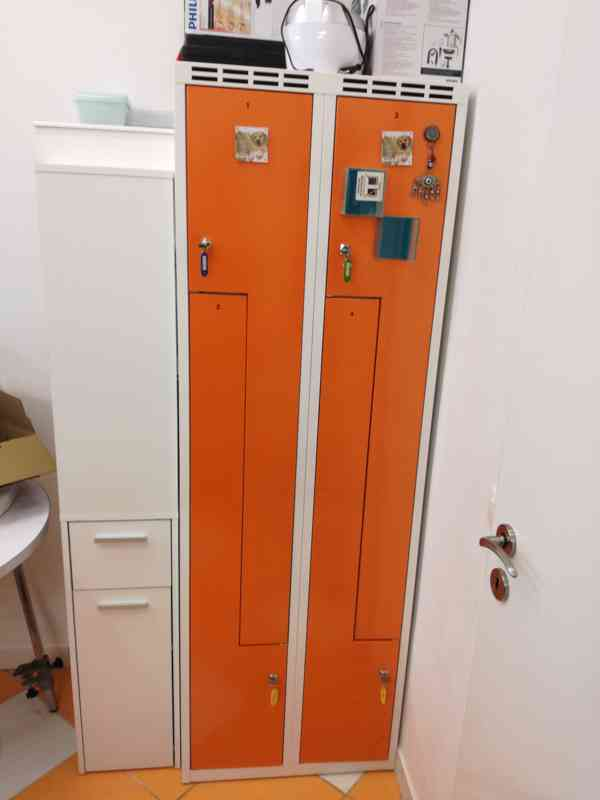 """Kovová šatní skříň s dveřmi ve tvaru """"Z"""""""
