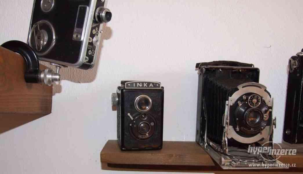 Sbírka retro fotoaparátů a příslušenství.