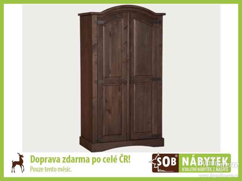 Hnědá šatní skříň, dřevěná skříň do ložnice
