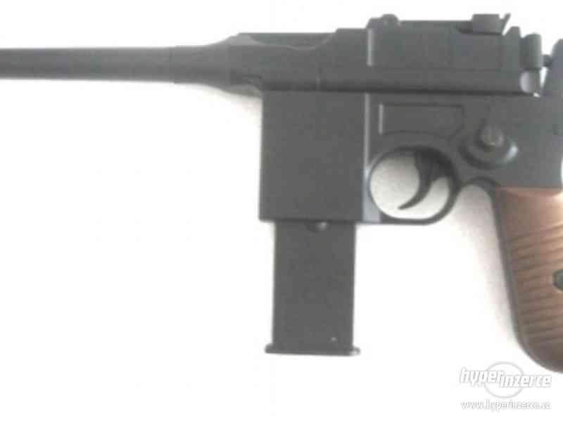 Manuální  airsoft celokovova pistole je replikou  1:1  Mause