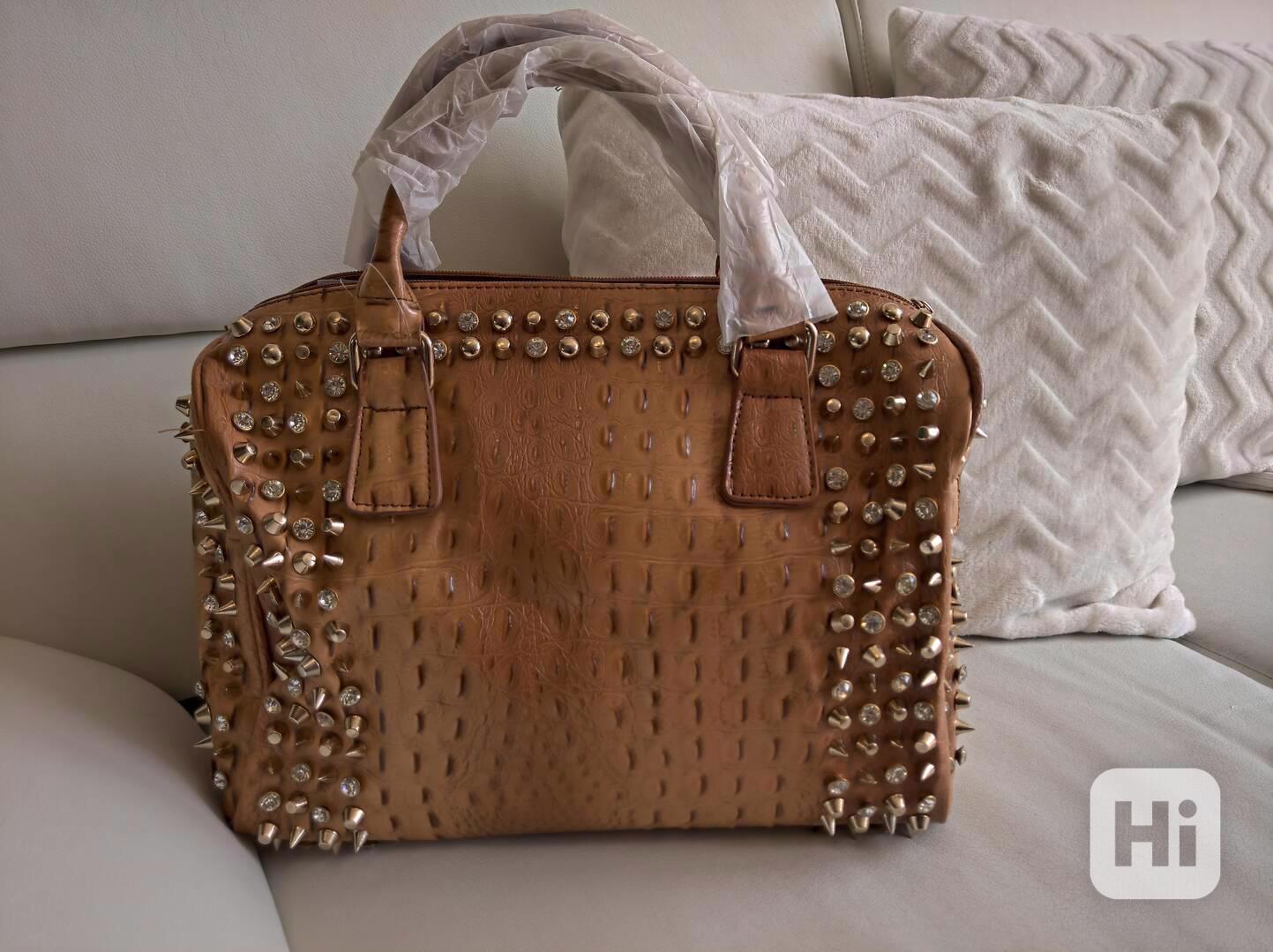 Extravagantní dámská kabelka se zlatým kováním - foto 1