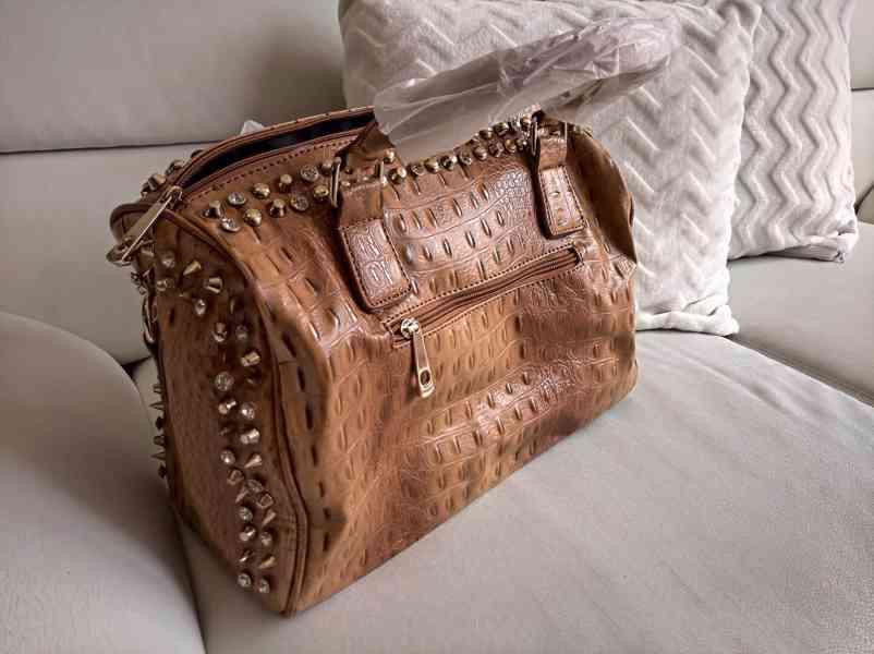 Extravagantní dámská kabelka se zlatým kováním - foto 2