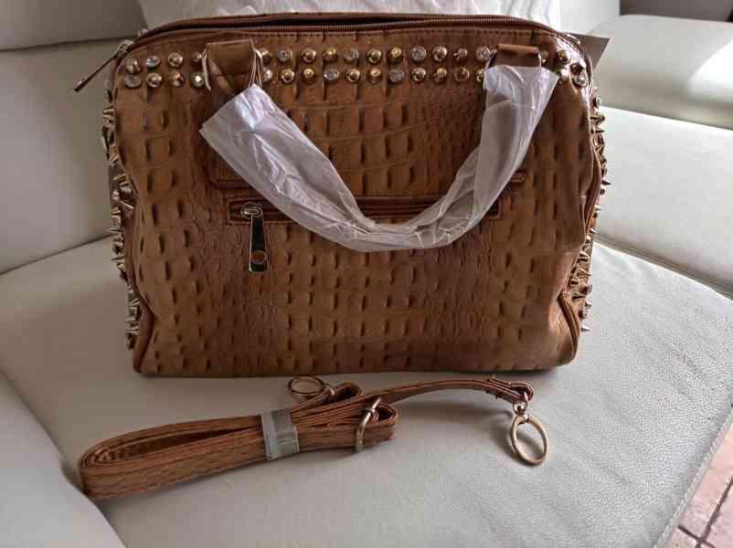 Extravagantní dámská kabelka se zlatým kováním - foto 3