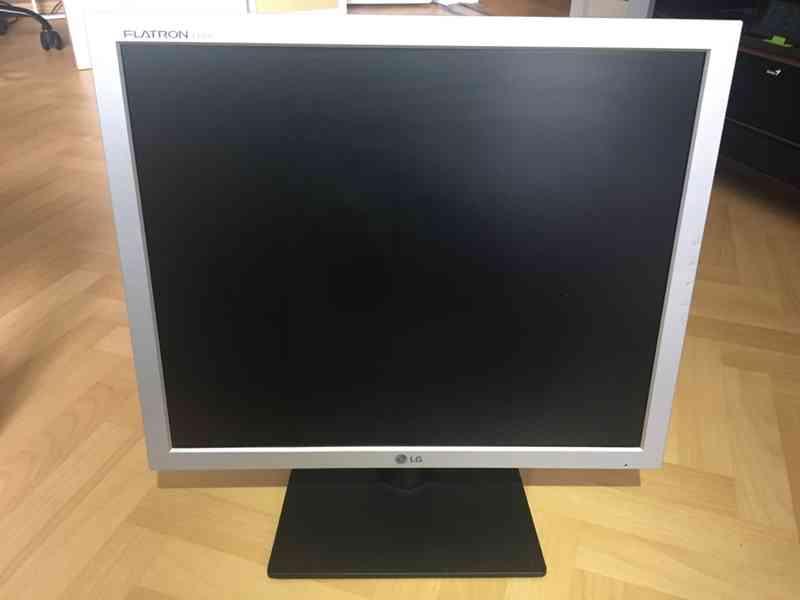 "LCD Monitor 19"" (48,26 cm) značky LG - foto 4"