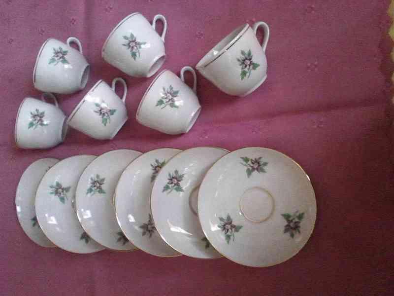 Sada 6 ti porcelánových kávových hrníčků s podšálky