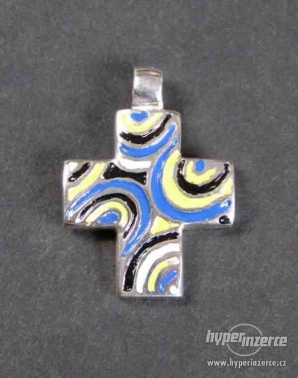 Barvený křížek - stříbrný přívěsek
