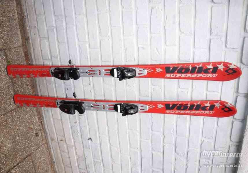 Juniorské carvingové dětské lyže 140 cm Volkl, bezvadný stav
