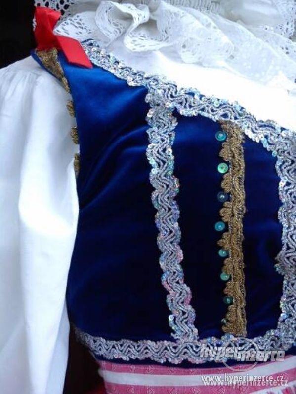 Krásné a zachovalé kroje po zaniklém folkórním souboru - foto 1