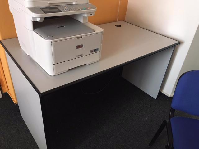 Daruji kancelářský nábytek - stoly, prosklené regály - foto 1