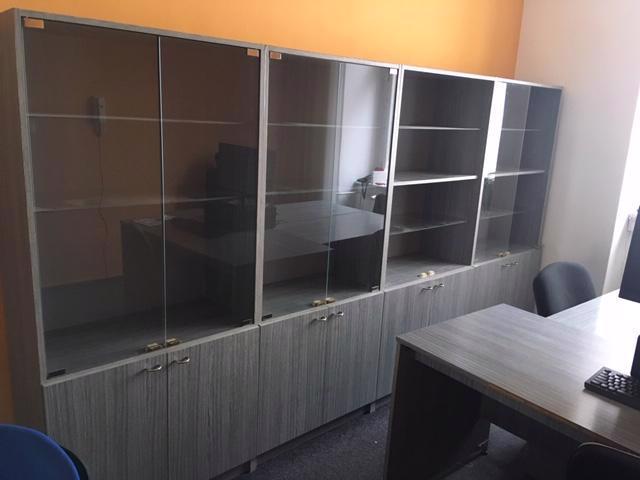 Daruji kancelářský nábytek - stoly, prosklené regály - foto 3