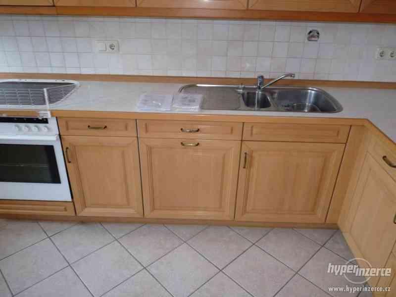 Velmi pěkná kuchyně - světlá - foto 11