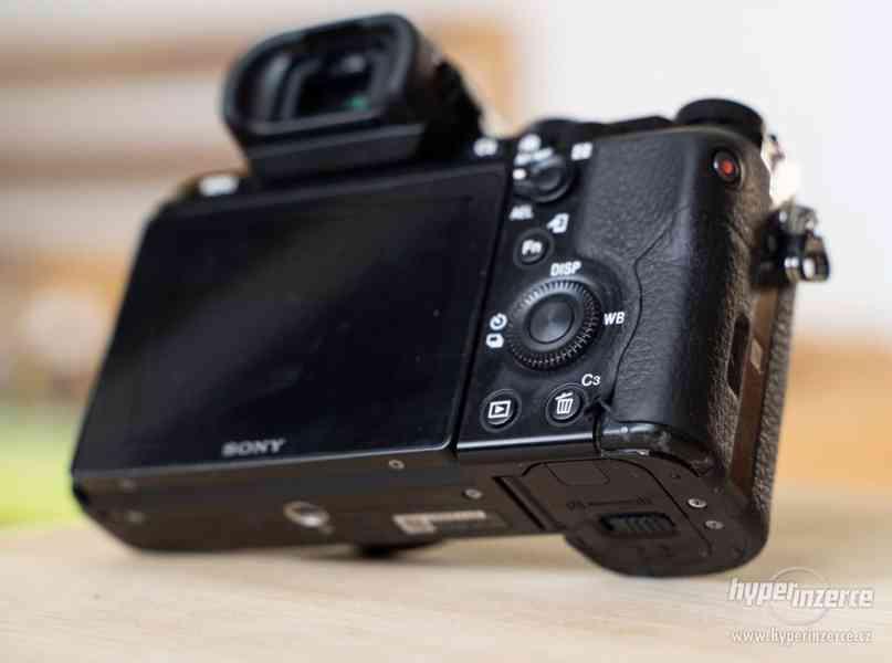 Sony a7s + Canon 24-105 + příslušenství - foto 9