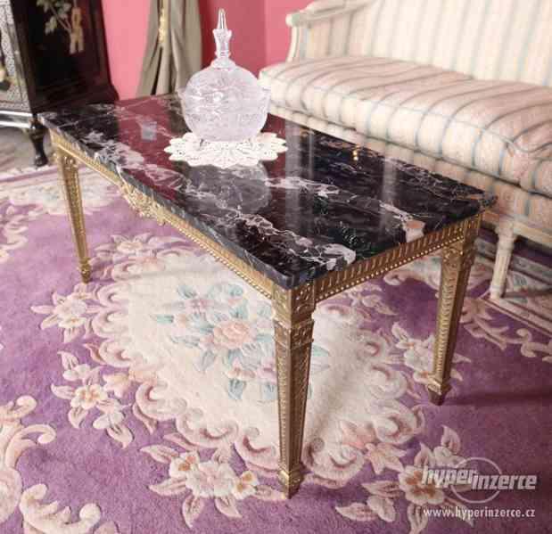 Starožitný konferenční stolek s mramorovou deskou