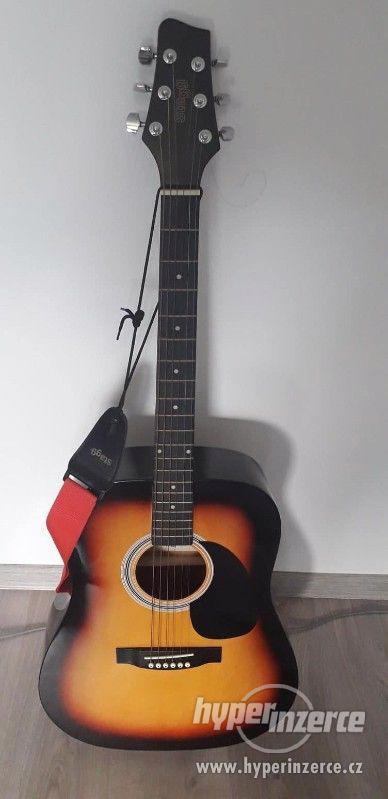 Akustická kytara Stagg s obalem a ladičkou.