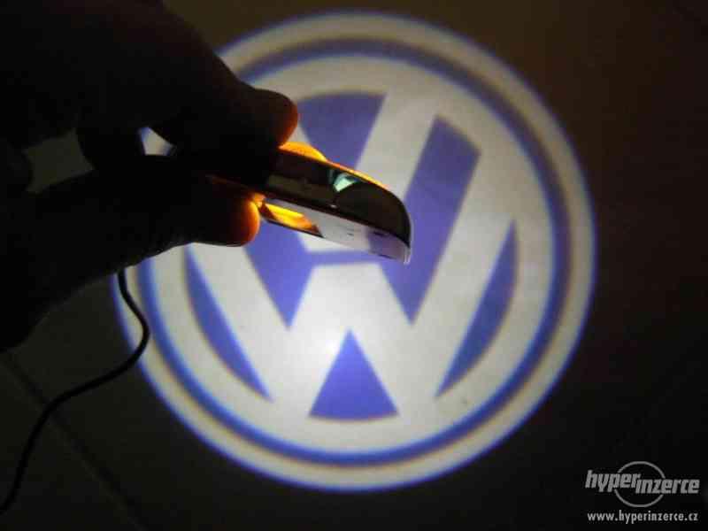 Promítání loga Volkswagen na vozovku